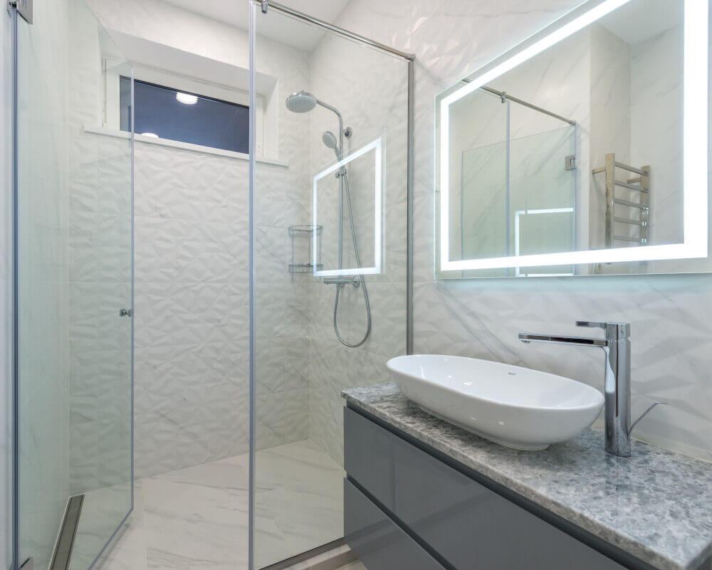 Баня със стъклена преграда и мивка